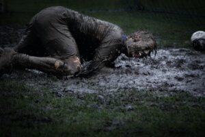 In de modder