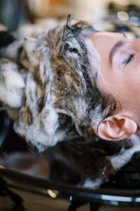 Shampoo; werkende ingrediënten bij grijs wordend haar, haar wassen bij de kapper