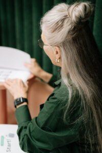 Shampoo; werkende ingrediënten bij grijs wordend haar, vrouw met grijs haar