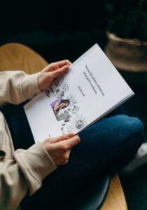Waarom online geld verdienen niet lukt, boek wordt door een vrouw gelezen